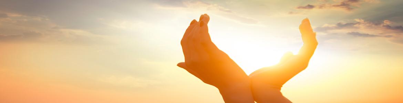 Solarenergie - sonnige Aussichten-Hände fangen Sonne ein