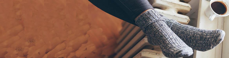 Ölheizung, Gasheizung, Wärmepumpe, Pellets, Holz, Fernwärme-Füße wärmen am Heizkörper